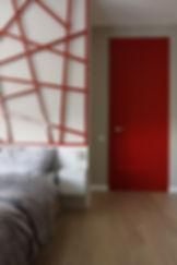 sypialnia z czerwoną krata