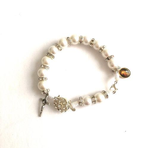 MP006 Pulsera Perlas Blancas  con Medallas