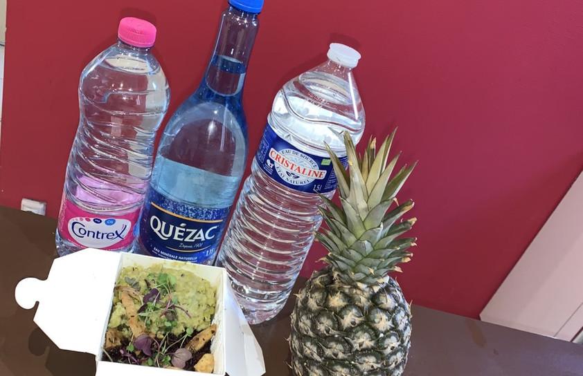 Grâce aux plats de Chefs que nous cuisine les restaurants partenaire d'Écotable, l'AJE-Paris a pu distribuer aux jeunes des menus complet avec un plat, de l'eau et un ananas.