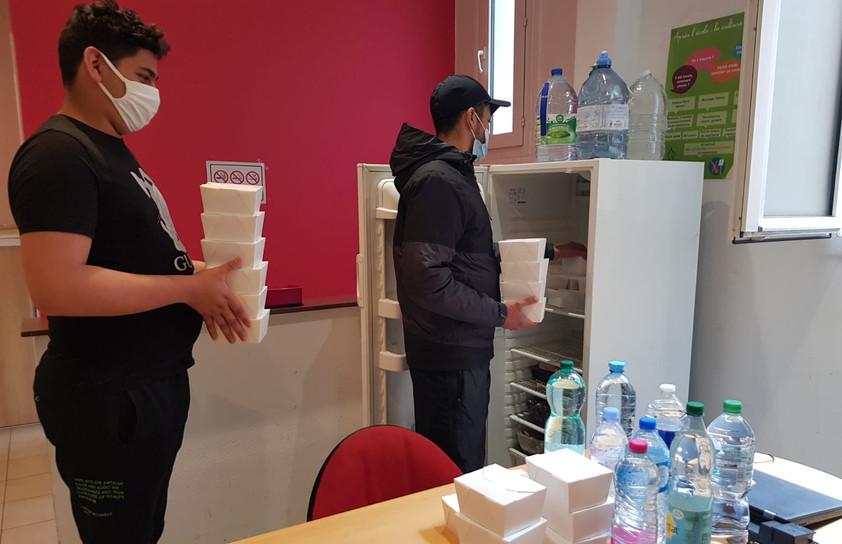 Les jeunes de l'AJE-Paris, nous aidant à mettre au frais les plats cuisinés par les restaurants partenaire d'Écotable.