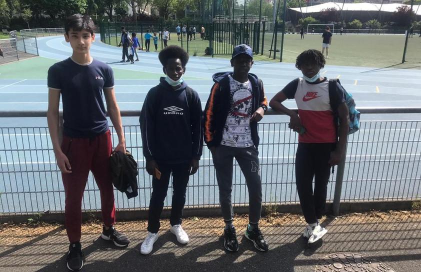 De gauche à droite Rifat, Alpha, Dramane et Kalidou de la 3ème UPE2A à Erik Satie, lors des Olympiades des métiers du sport, accompagnés par Noël Djagbo, vice-président du Conseil des jeunes.