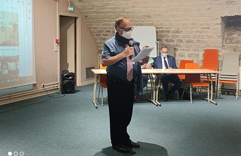 M. Auvigne, Proviseur du Lycée Erik Satie, présentant l'établissement.
