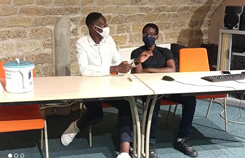 Noël Djagbo, Vice président du Conseil des jeunes et Youssouf Karcossy, Service Civique à AJE-Paris présentant l'AJE-Paris.
