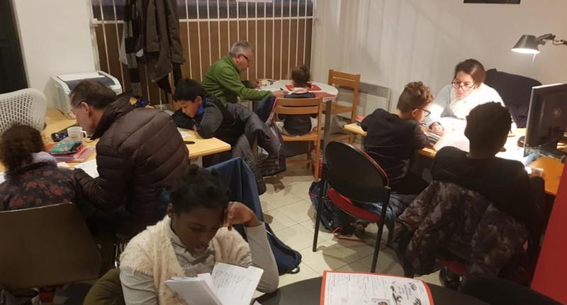 Accompagnement personnalisé des jeunes de la primaire au collège grâce au partenariat avec la Réussite Éducative à Paris 20ème.