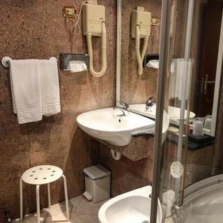 bagno in camera albergo.jpg