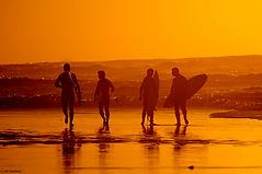 גולשים נכנסים לים בשיעור גלישה