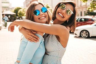 dos-jovenes-hermosas-chicas-hipster-sonr