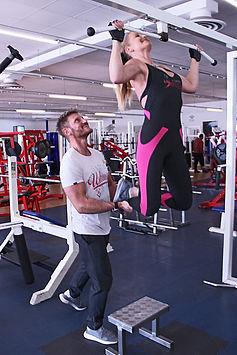 Pärchen trainiert im Fit and Fun