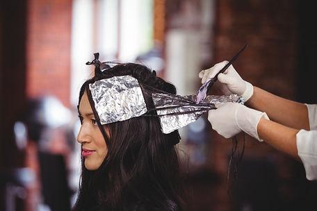 hairdresser-dyeing-hair-her-client_10742