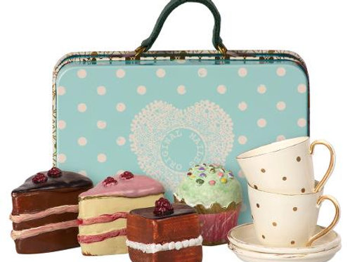Maileg - Suitcase with cakes and tableware for 2