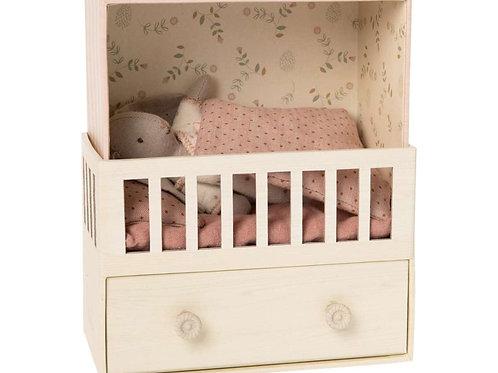 Maileg - Baby Room mit Kuschel-Hase und Spieluhr