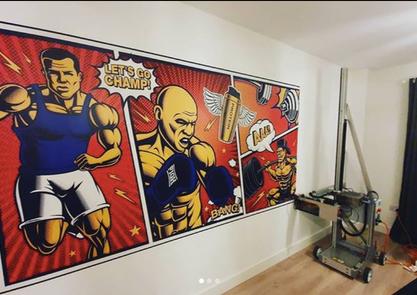 Tematická zeď v prostorách gymu