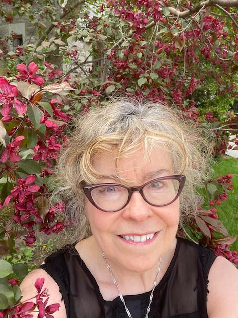 Suzanne devant le pommetier.jpg