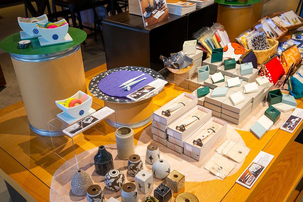 """全国3都市で開催する蔦屋書店巡回ポップアップショップでは、これまで製作した人気の『HIZEN5』のアクセサリー・やきもの文具の他、国内最大のハンドメイドマーケット """"minne"""" とのコラボレーションで誕生したコラボアイテムも販売いたします。"""