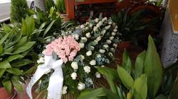 cofano rose bianche con cuore rosa