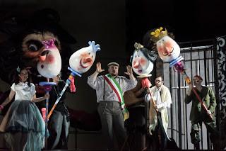 Atrio dell'Ateneo Bruni: Figaro su, figaro giù…!