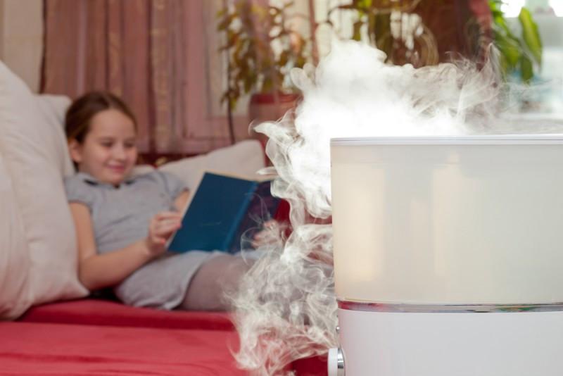 menina usando umidificador de ar no tempo seco. Dicas de como utilizar o umidificador de ar.