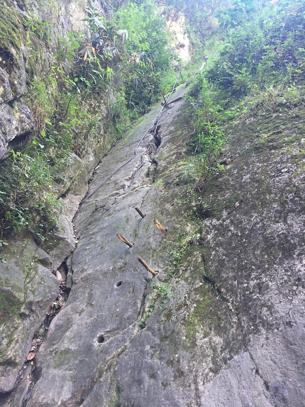 falaise équipée, escalade au préou, montée au Mont Putukusi, chemin escarpé