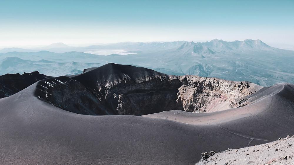 Vue depuis le sommet du Volcan Misti (5822m). Très haute altitude, paysages somptueux, découverte au pérou, aventures