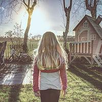 Terug van Meisje in een Yard