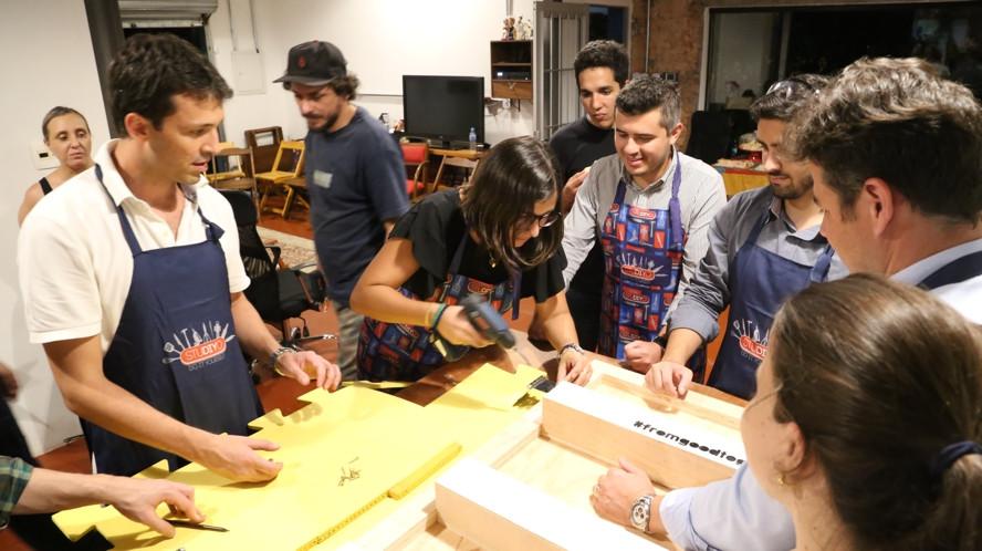 Prototipagem em madeira de design thinking