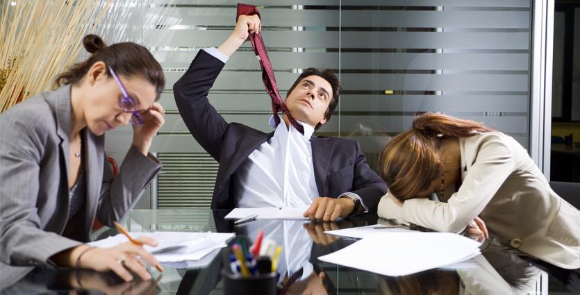 Reuniao de equipe disfuncional com empregados desmotivados