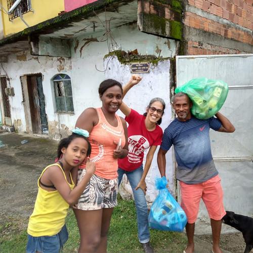 Cestas_sendo_entregues_às_famílias_org