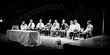 chicos sentados teatro sillas plano