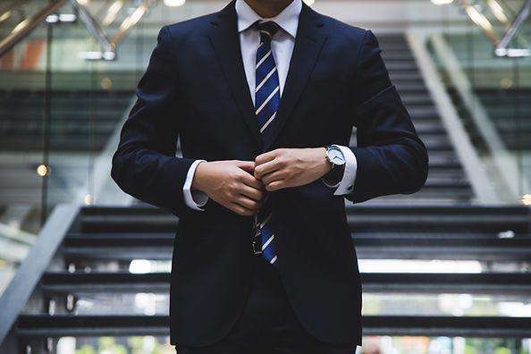 Uomo in giacca e cravatta