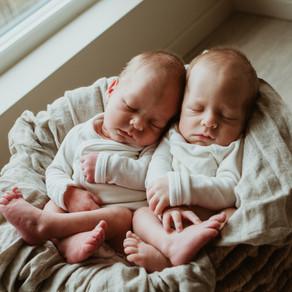Nyfødte tvillinger// hjemmefoto