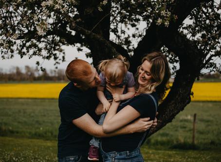 Familieidyll blant blomstrende epletrær