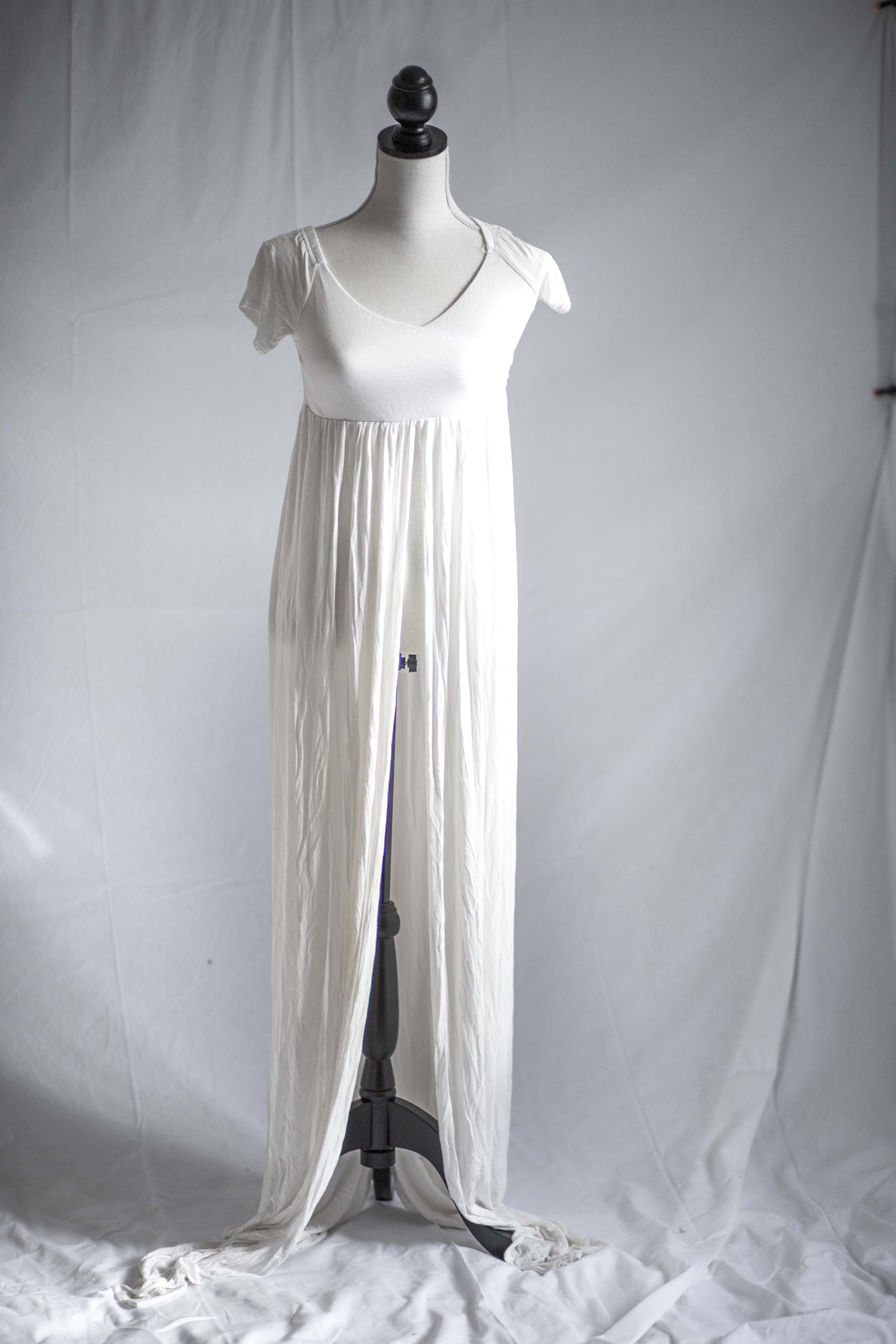 3b8d604a Nr 5. Hvit kjole med langt slep. Åpen i front.