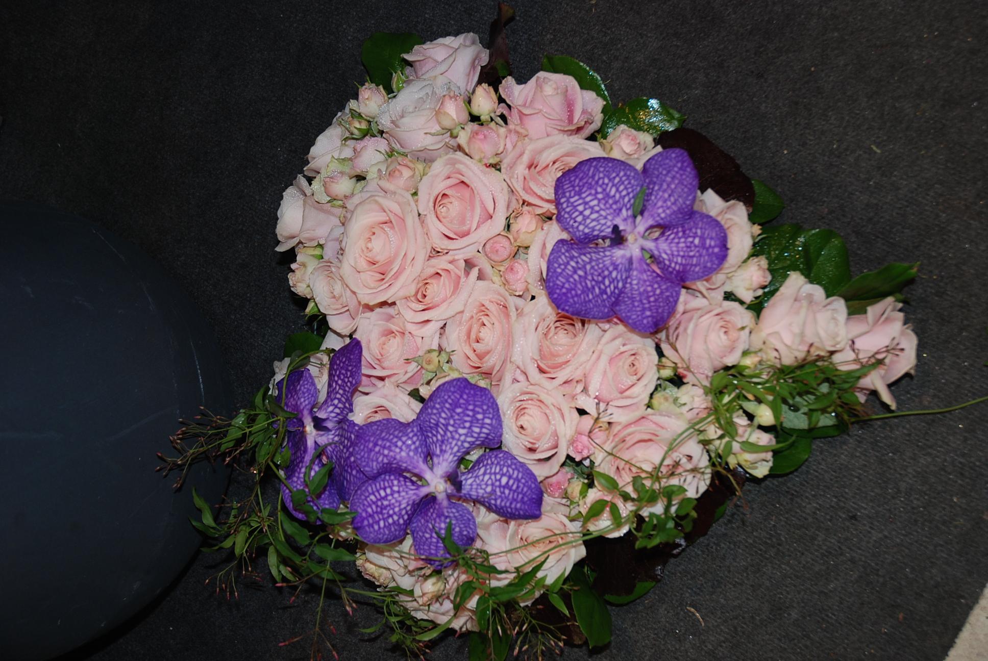 coeur en fleurs fraiches, avec roses et