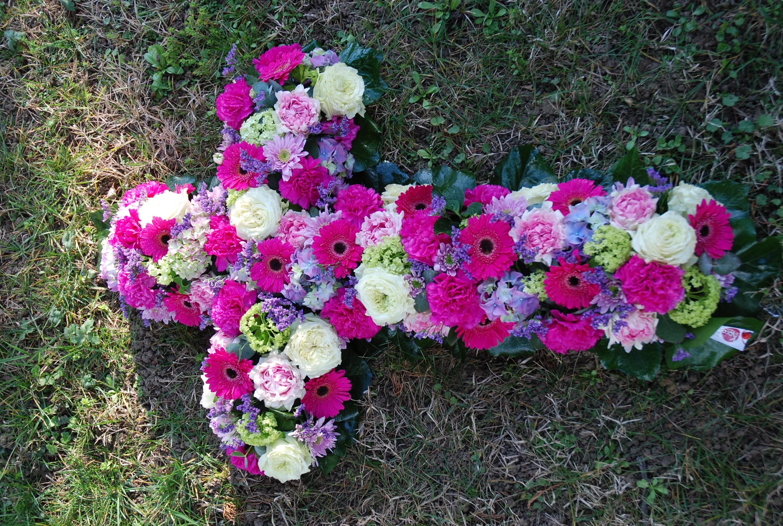 Croix en fleurs fraîches,