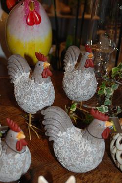 des poules habillées de dentelle...