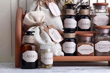 אוסף צמחי מרפא מחולקים לצנצנות על מדפים ועל כל צנצנת שם הצמח