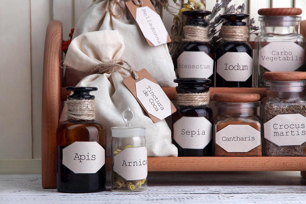 Hömöopathische Arzneien wie Arnica, Apis, Belladonna und viele mehr.