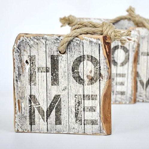 Tabliczka na starej desce z napisem HOME