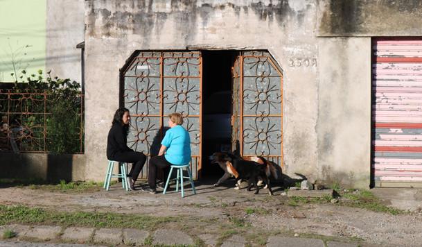 Priscila Costa Oliveira, Sentar à Porta, 2017. Realizado no bairro Fragatta como parte do