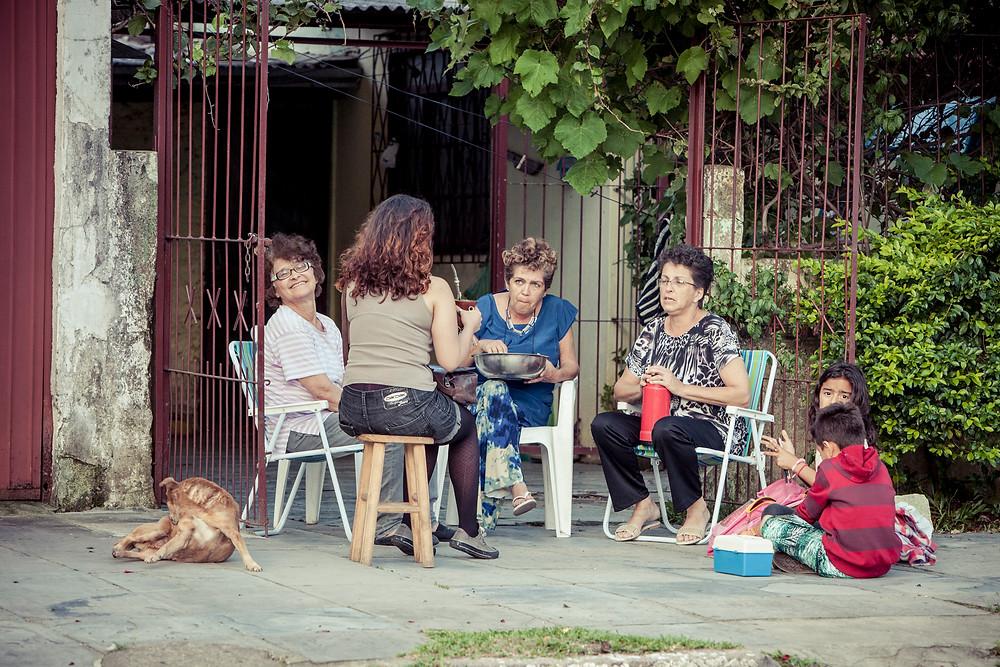 Sentar à porta, 2014. Bairro Restinga Porto Alegre/RS. Foto: Marcius Andrade. Revista Arte Contexto
