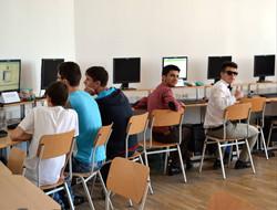 laboratoarele de info si elevii participanti.jpg