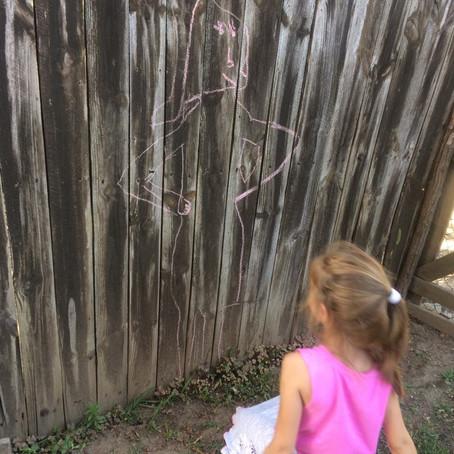 Ocrtavanje dečje figure, igra kredama