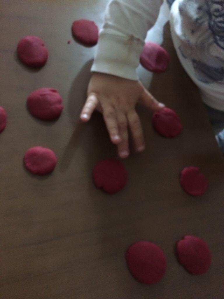Razvijanje fine motorike igra sa plastelinom