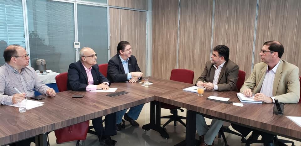 Carlos Trombini, vice-presidente do Chapter ASHRAE Brasil (ao centro) em reunião com o Reitor da FEI