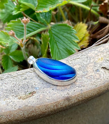 Bezel-set multi-coloured pendant