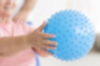 אישה מבוגר מרימה כדור טיפולי