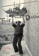 Francois tosquelles porte une maquette de bateau à bout de bras