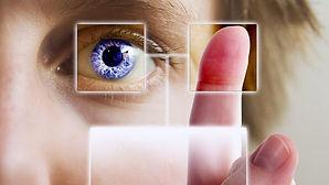 un oeil et un doigt clique sur un lien