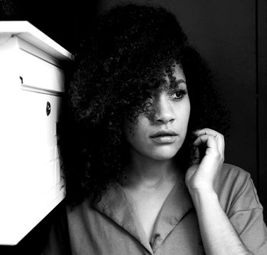 close-up-de-jovem-negra-com-cabelo-afro_
