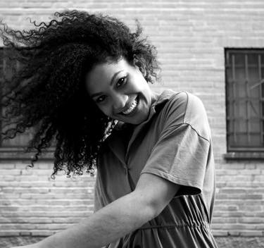 jovem-negra-com-cabelo-afro-rindo-e-curt